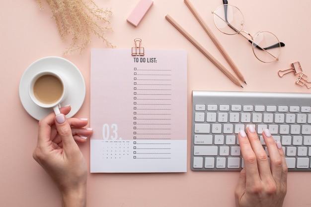 Conceito de organização de tempo com planejador de perto
