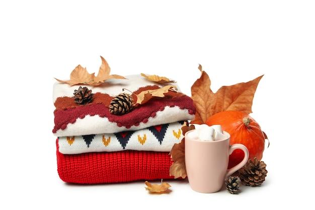 Conceito de outono com suéter e xícara de café isolado no fundo branco