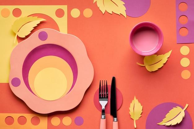 Conceito de outono plano leigos em cores fortes com prato, garfo, faca e folhas de outono decorativas