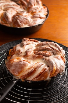 Conceito de padaria de alimentos frescos assados caseiros pão de rolos de canela trançados com ...