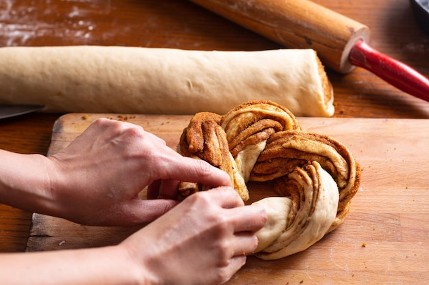 Conceito de padaria de comida fazendo pão dought para pão trançado de canela roll com espaço de cópia