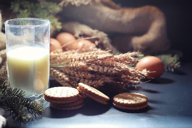 Conceito de padaria e mercearia. tipos frescos e saudáveis de closeup de comida de pão de centeio e branco. pão caseiro fresco com cereais.