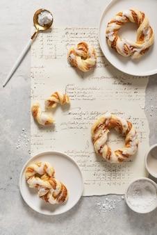 Conceito de padaria, sobremesas doces redondas com açúcar glaceado