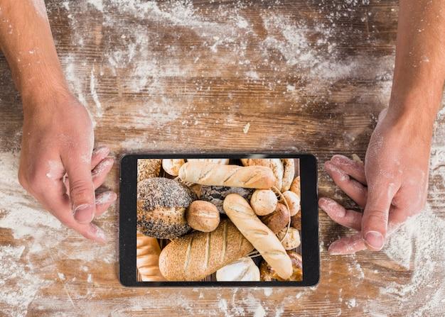 Conceito de padaria vista superior com tablet
