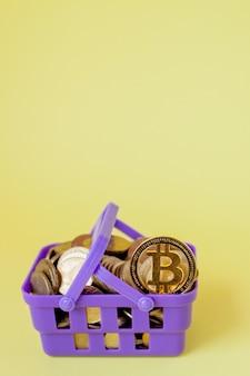 Conceito de pagamento digital de criptomoeda, vários tipos de moedas de dinheiro criptográfico digital físico prateado e dourado na cesta de compras