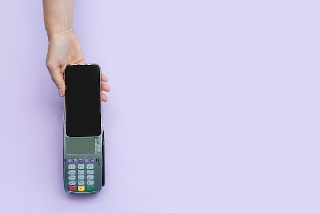 Conceito de pagamento sem contato. aplicativo de tela do telefone. proteção contra o covid-19