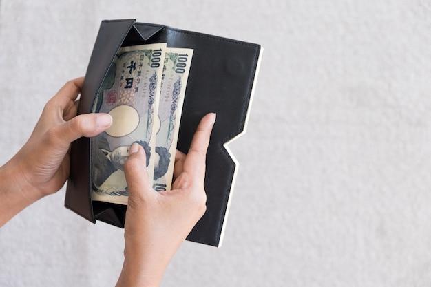 Conceito de pagamento tirar dinheiro do japão da carteira