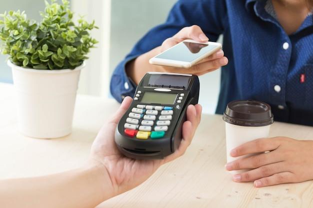 Conceito de pagamentos móveis com a máquina edc ou terminal de cartão de crédito pagamento nfc