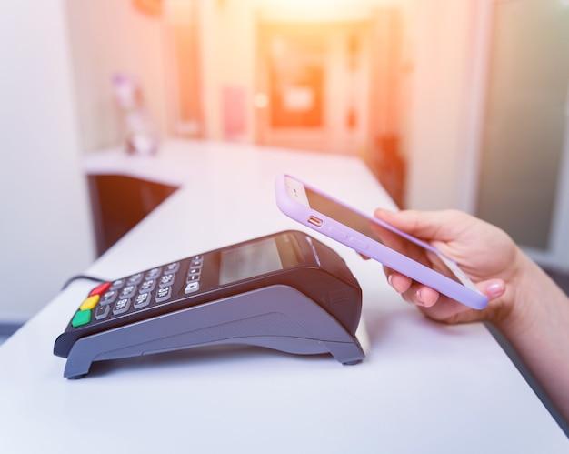 Conceito de pagamentos móveis com tecnologia nfc moderna