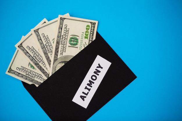 Conceito de pagar pelos elementos, dinheiro em um papel envelo
