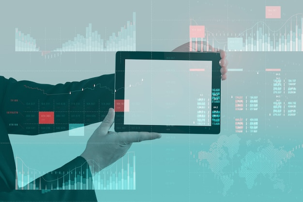 Conceito de painel de análise de negócios (ba) com indicadores-chave de desempenho (kpi). maquete de tablet com tela branca. empresário trabalha no computador.