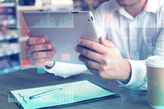 Conceito de painel de análise de negócios (ba) com indicadores-chave de desempenho (kpi). tablet com tela branca. empresário trabalha no computador.