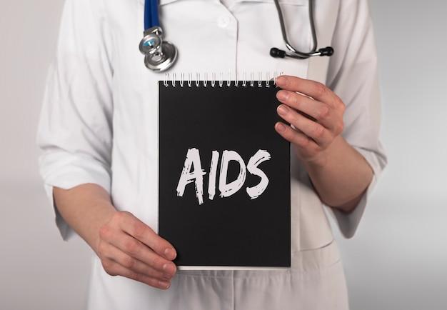 Conceito de palavra aids. cuidados de saúde e médicos em preto.