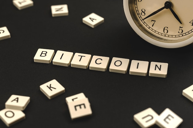 Conceito de palavra bitcoin, criptomoeda mais popular, fundo de pano de fundo da capa da etiqueta, foto do modelo de negócios