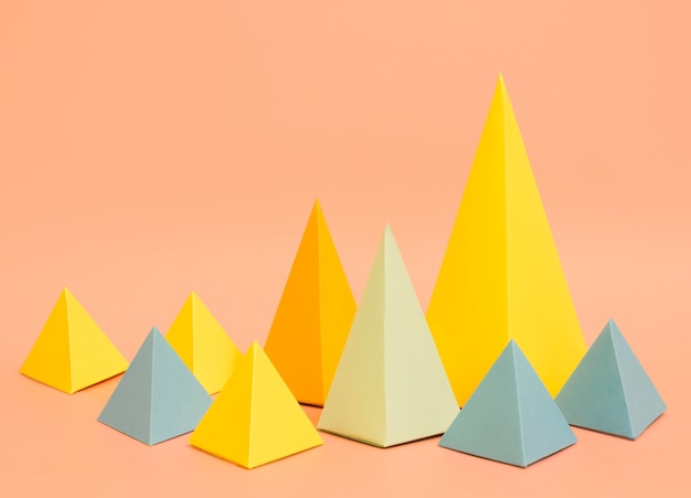 Conceito de papel colorido de triângulos