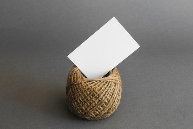 Conceito de papelaria com cartão na corda
