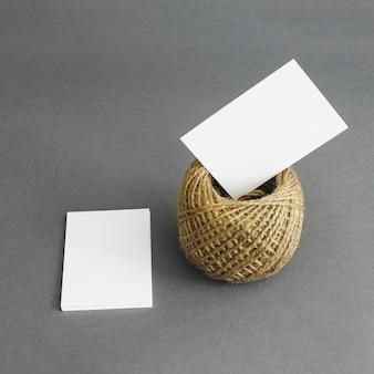 Conceito de papelaria com cartões e corda
