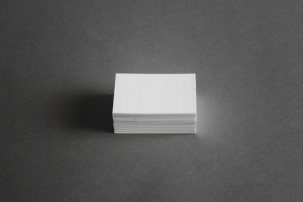 Conceito de papelaria com pilha de cartões de visita