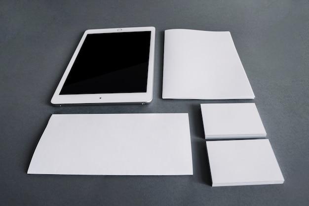 Conceito de papelaria em branco com tablet