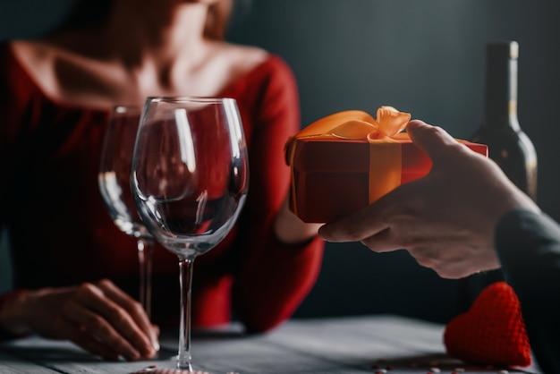 Conceito de parabéns para dia dos namorados. casal à mesa em um restaurante.