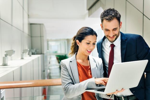 Conceito de parceria de discussão de trabalhador de escritório corporativo