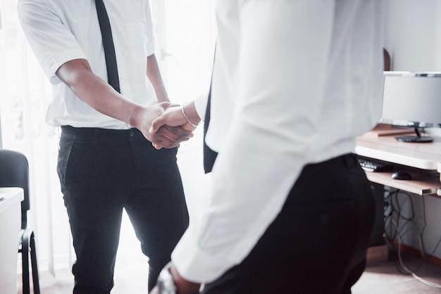 Conceito de parceria de negócios. processo de aperto de mão do empresário dois. negócio bem sucedido após grande reunião