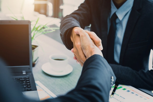 Conceito de parceria - parceiros de negócios de aperto de mão empreendedorismo de líder de equipe de sucesso.