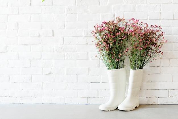Conceito de parede branca de jardim de botas