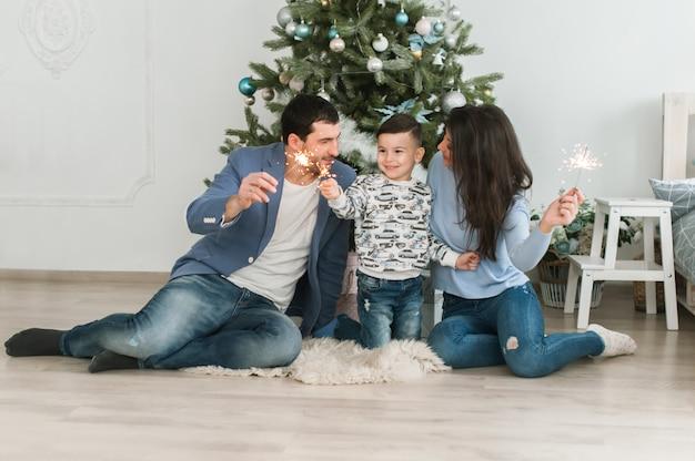 Conceito de parentalidade feliz. conceito de ano novo