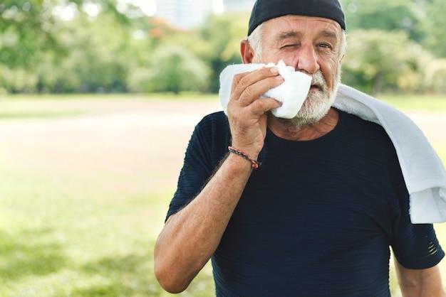 Conceito de parque de exercícios para homem sênior ao ar livre