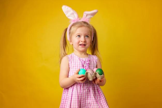 Conceito de páscoa garota feliz loira da criança com orelhas de coelho