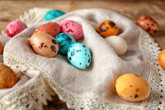 Conceito de páscoa. ovos de codorna pintados em guardanapo, close