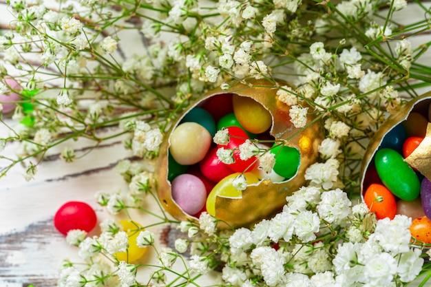 Conceito de páscoa ovos e doces coloridos na mesa close-up