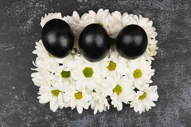 Conceito de páscoa preto. ovos pretos. páscoa para negros.