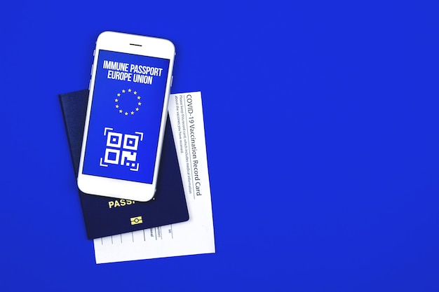 Conceito de passaporte de imunidade covid-19, cartão de vacinação da união europeia com documentos, foto de fundo azul isolada