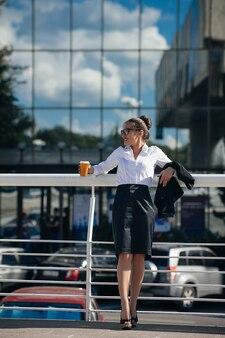 Conceito de pausa para o café de jovem mulher de negócios de sucesso, estilo de vida urbano