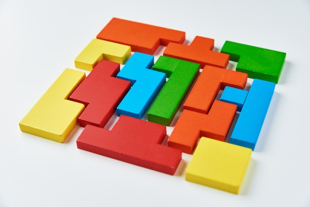 Conceito de pensamento lógico. blocos de madeira coloridos de formas diferentes em um branco