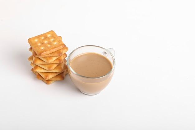 Conceito de pequeno-almoço de manhã. xícara de chá e biscoito na superfície branca