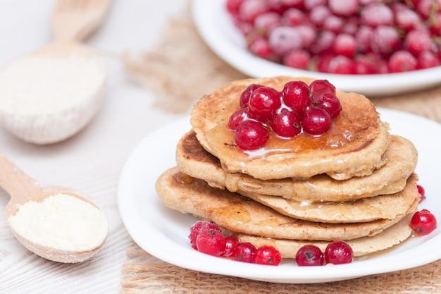 Conceito de pequeno-almoço saudável. panquecas sem glúten de farinha de milho e aveia.