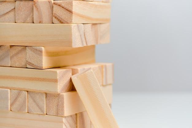 Conceito de perda de dados de grande volume de dados. blocos de madeira em um espaço em branco.