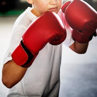 Conceito de perfuração do gym do treinamento do encaixotamento do menino