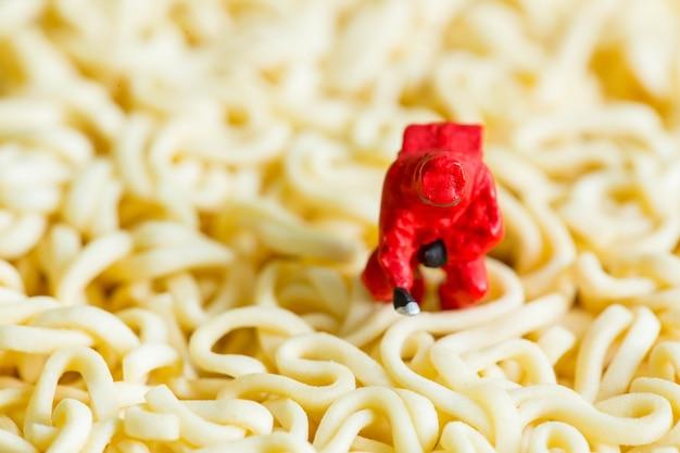 Conceito de perigo alimentar para aviso e lembrar as pessoas do corpo de saúde perigoso.
