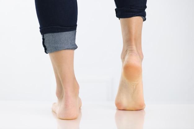 Conceito de pernas femininas e problema de calcanhar levantado nos pés