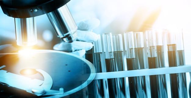 Conceito de pesquisa e desenvolvimento. imagem de dupla exposição de microbiologia e química em laboratório para estudo de medicina.