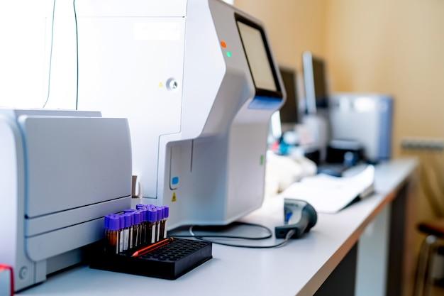 Conceito de pesquisa e desenvolvimento. instrumento de laboratório científico e médico, tubo de ensaio para microbiologia e química em laboratório para estudo de medicina. pesquisa de dna.