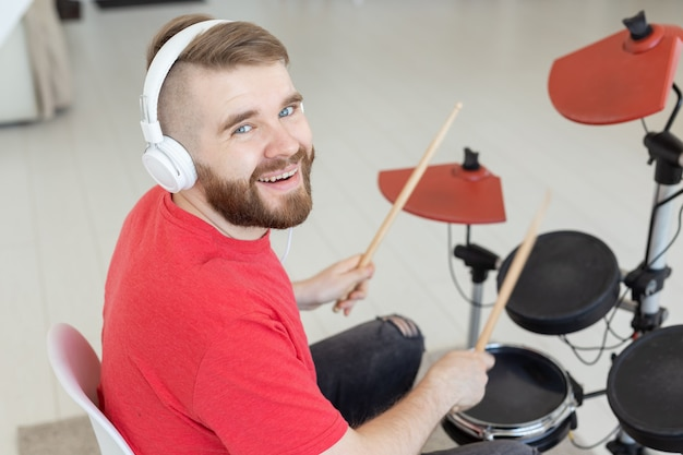 Conceito de pessoas, bateria e passatempo - vista lateral de perto do músico com o instrumento de percussão