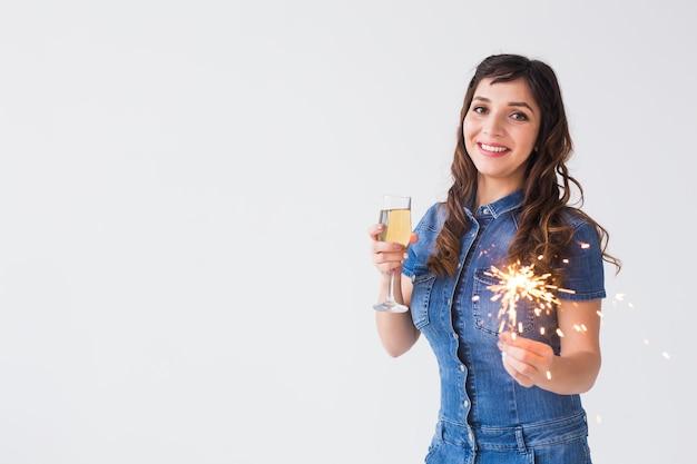 Conceito de pessoas, celebração e férias - linda mulher com diamante e taça de champanhe na mesa
