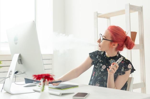 Conceito de pessoas de design gráfico criativo jovem mulher criativa fumando vapor enquanto trabalha em um