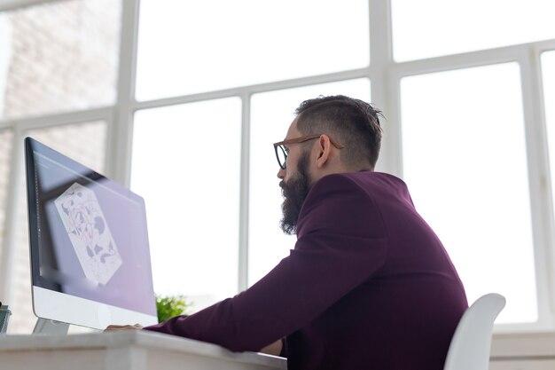 Conceito de pessoas, design e estilo - designer gráfico, esboçando um novo projeto em tablet trabalhando no computador.