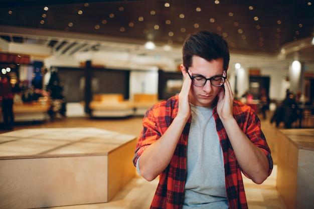 Conceito de pessoas e trabalho - homem cansado com óculos no escritório